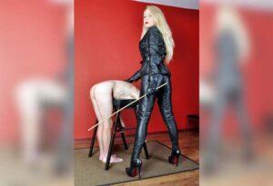 blonde maitresse au tel à Paris en cuir